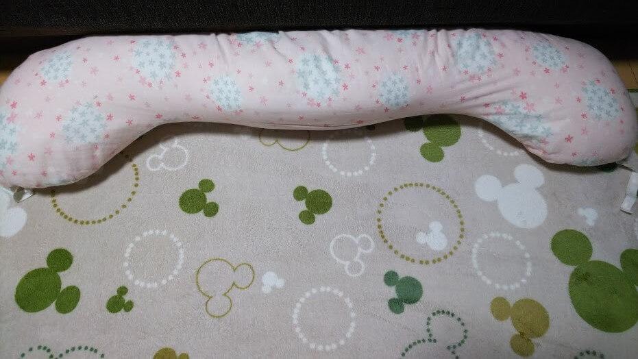 授乳クッションはまっすぐになるので、カーペットの上でちょっとお昼寝したいときも便利