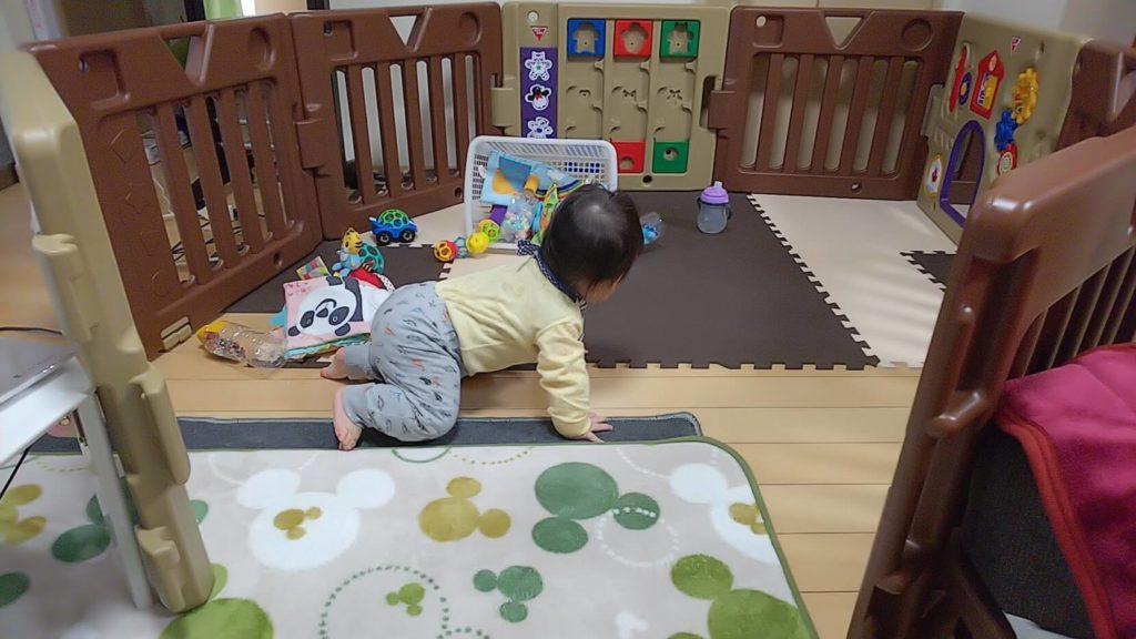 3週間ほど前、立ち上がれるようになった頃。カーペットエリアで作業しながら息子の遊びを見守っていました。